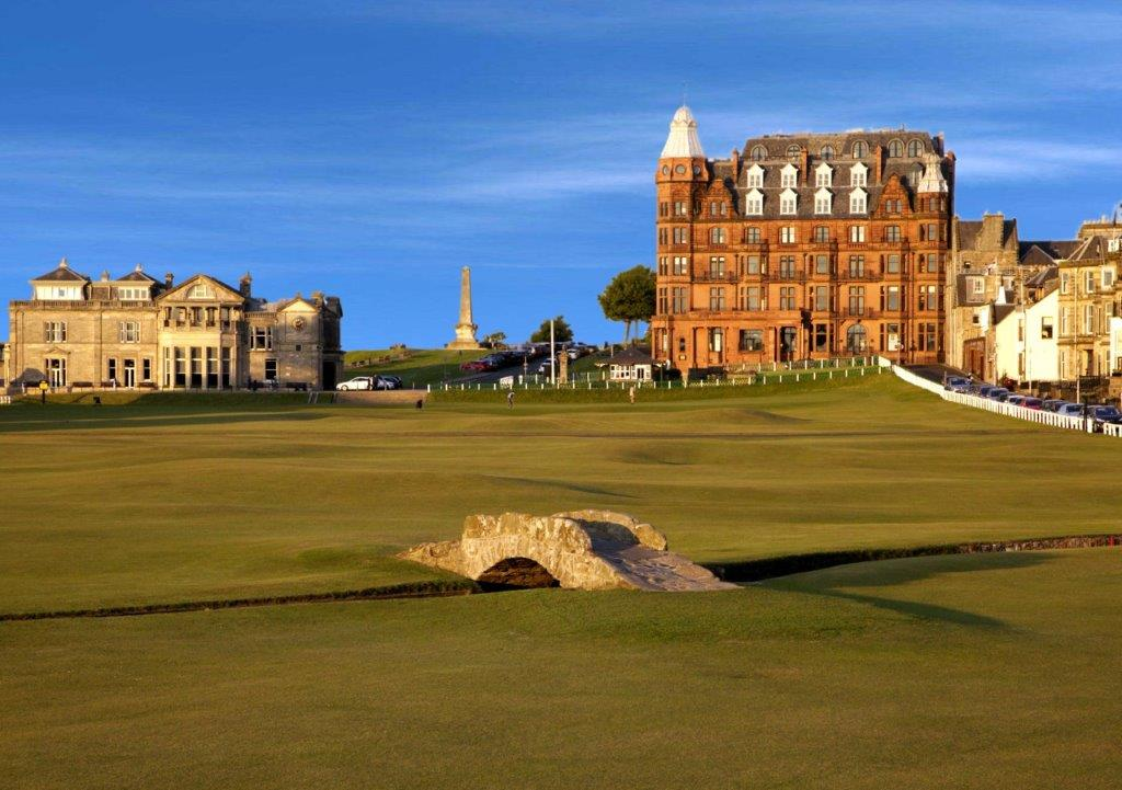 Puente del campo de golf de Old Course de St Andrews en Escocia