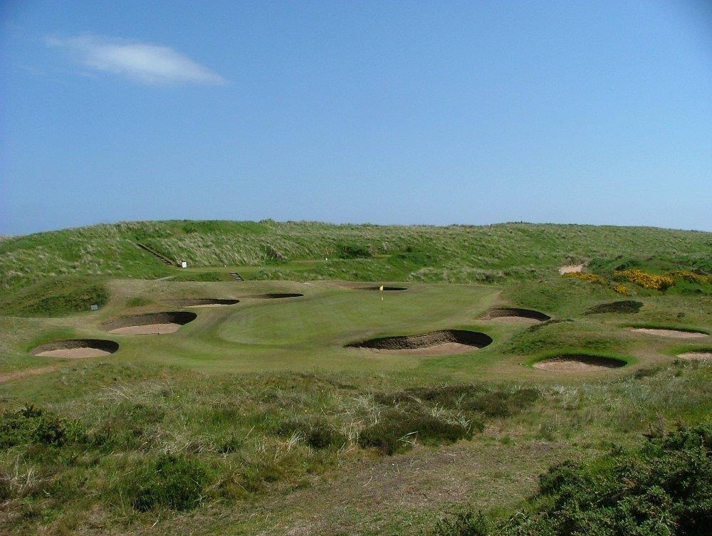 Bunkers en el campo de golf de Royal Aberdeen en Aberdeen, Escocia