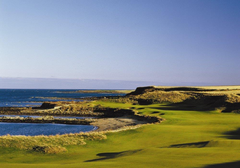 Fairway en el campo golf de Kingsbarns en St Andrews, Escocia