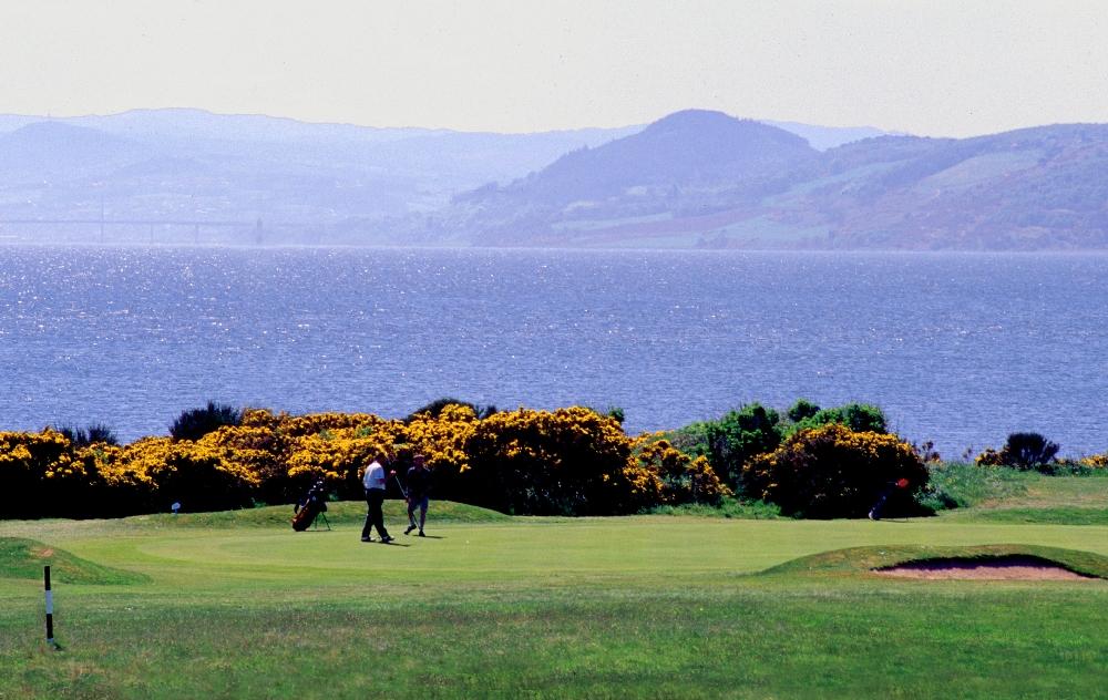 Golfistas en el campo de golf de Fortrose & Rosemarkie en Escocia