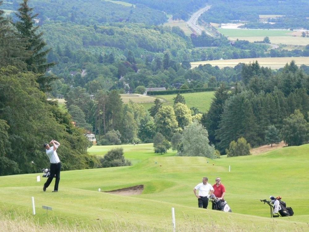 Golfistas en el campo de golf de Pitchlochry en Escocia