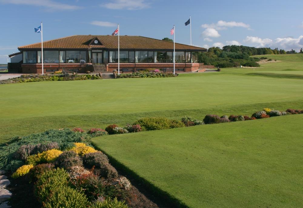 Clubhouse en el campo de golf de Nairn en Escocia
