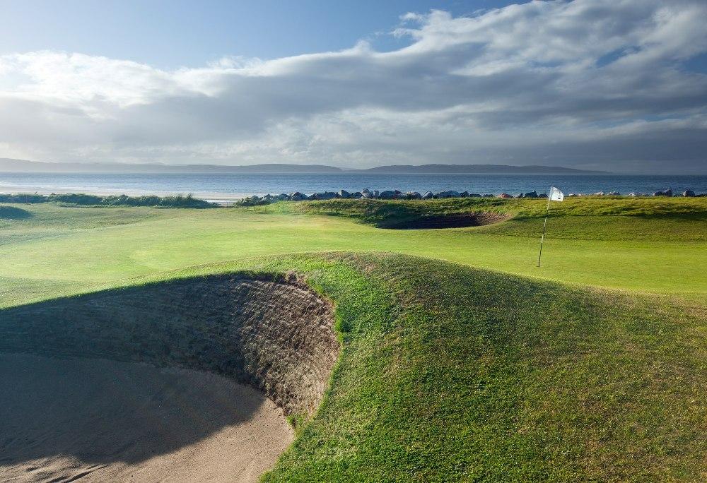 Bunker en el campo de golf de Nairn en Escocia