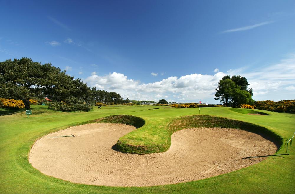 Bunker en el campo golf de Carnoustie 'Championship' en St Andrews, Escocia