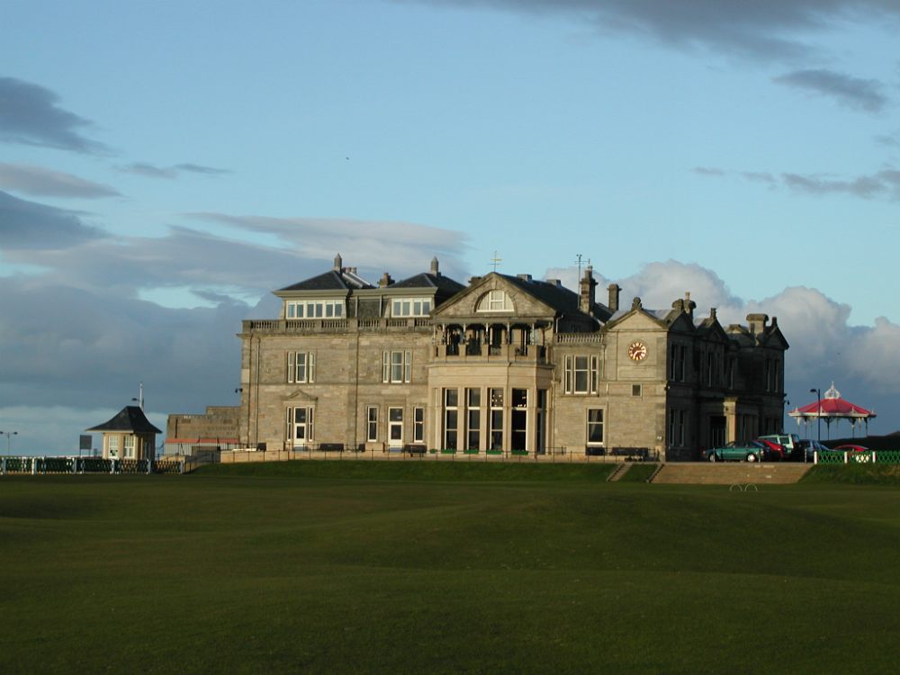 Clubhouse en el campo golf de Old Course de St Andrews en Escocia