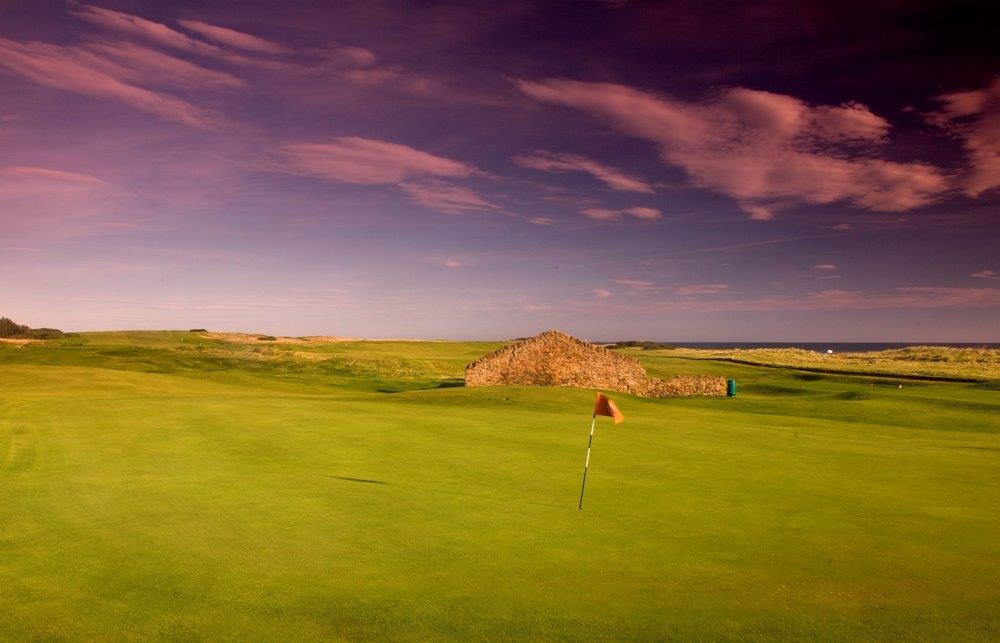 Greens en el campo de golf de Dunbar en Escocia