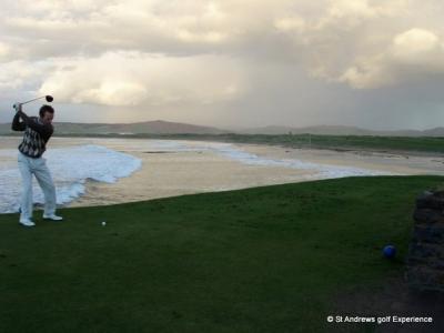Golfista en el campo de golf de Machrihanish en Escocia