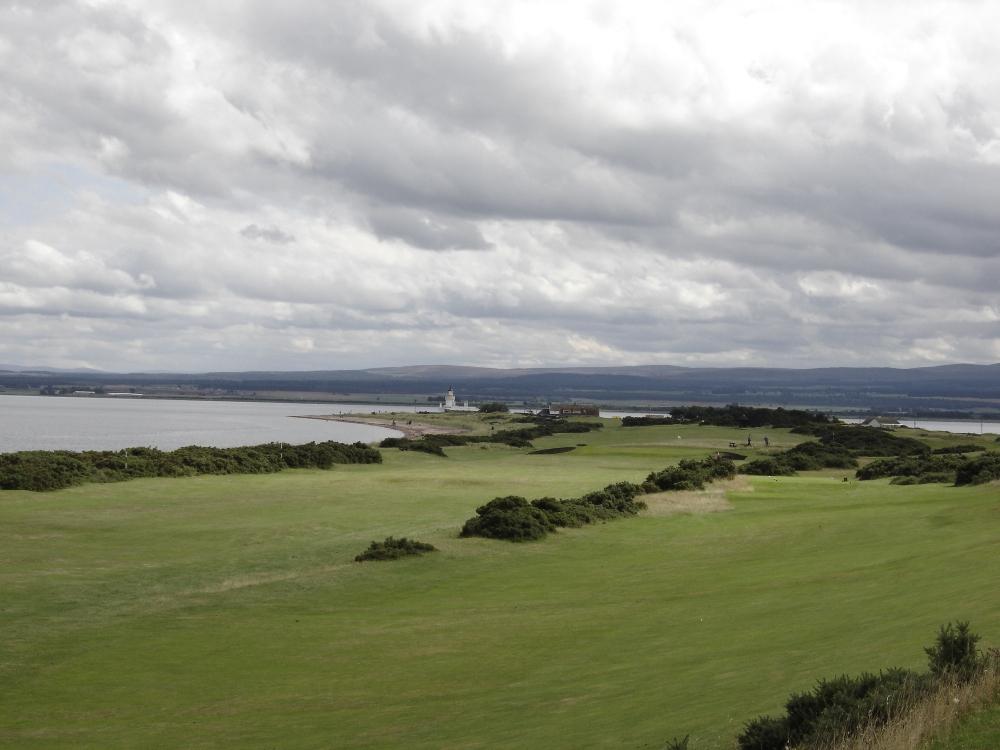 Fairway en el campo de golf de Fortrose & Rosemarkie en Escocia