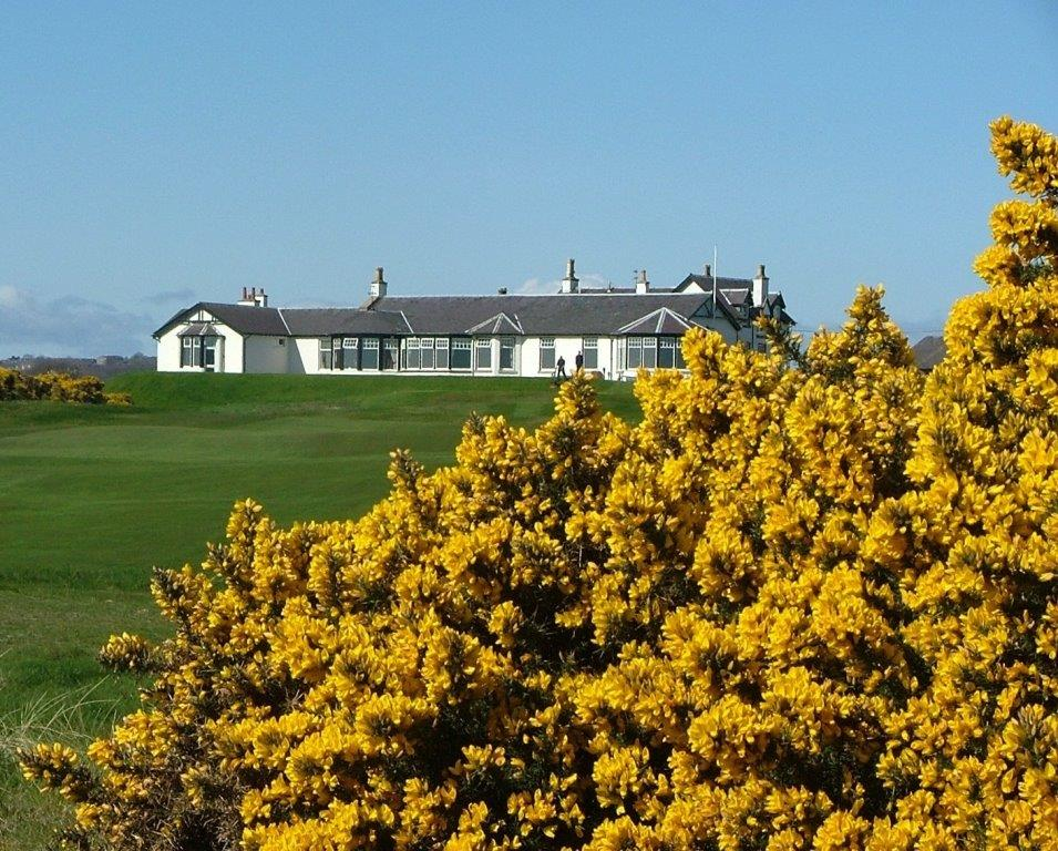 Clubhouse en el campo de golf de Royal Aberdeen en Escocia