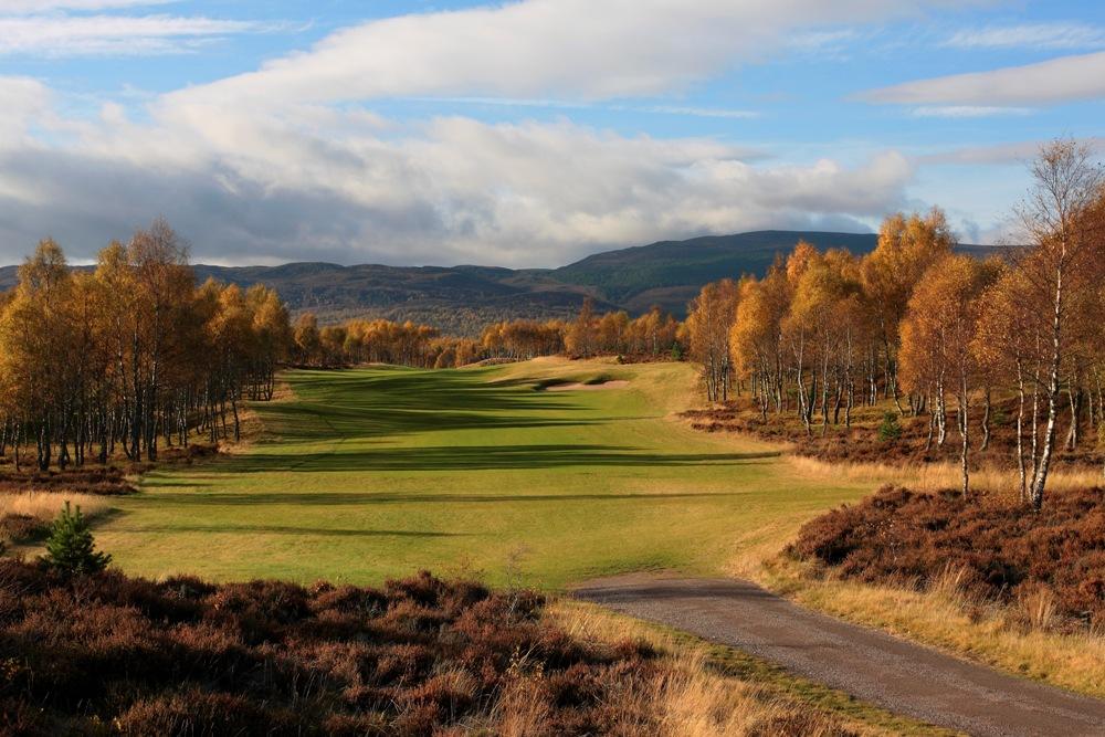 Fairway en el campo de golf de Speay Valley en Escocia
