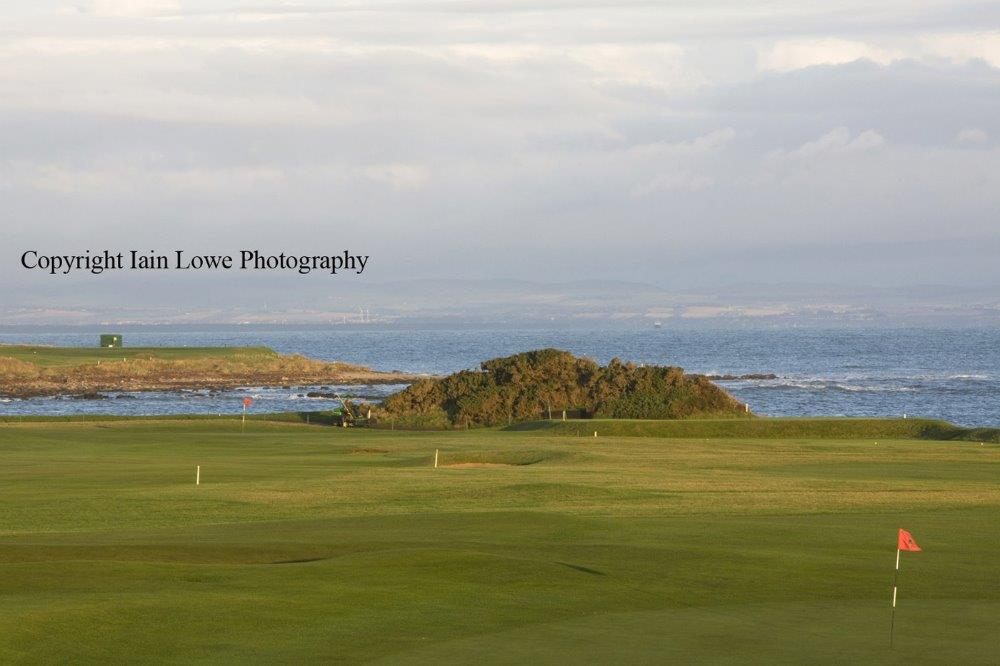 Fairway en el campo de golf de Crail (Balcomie) en Escocia