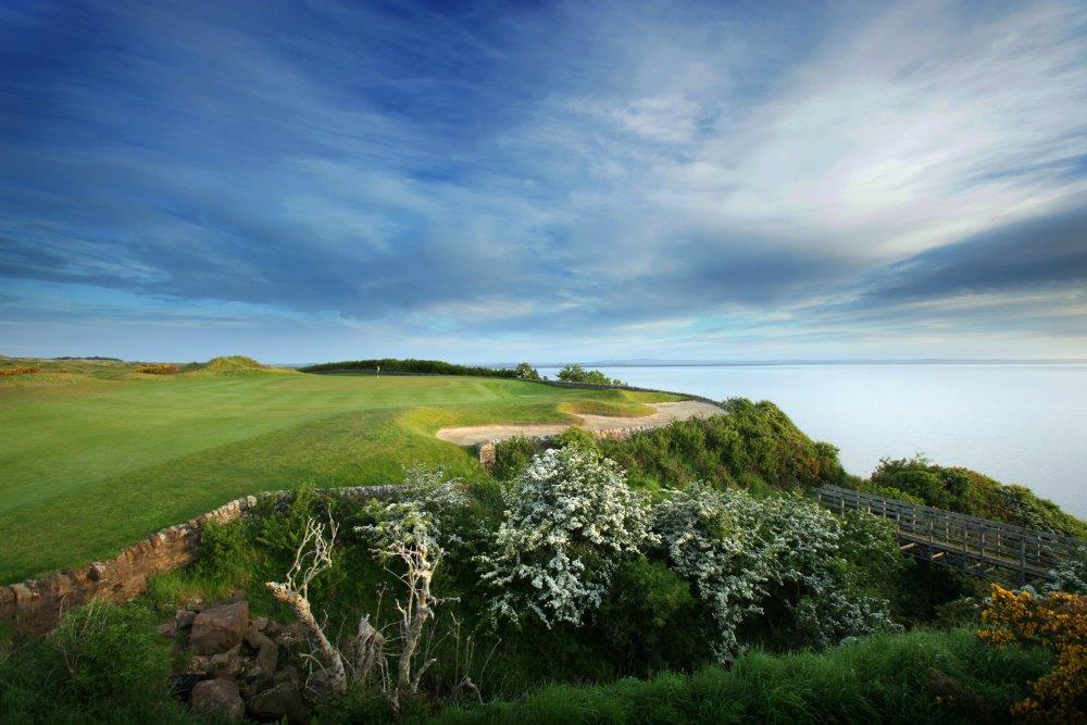 Fairway en el campo de golf de Kittocks de St Andrews en Escocia