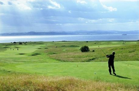 Golfista en el campo de golf de Gullane Nº1 en Edimburgo, Escocia