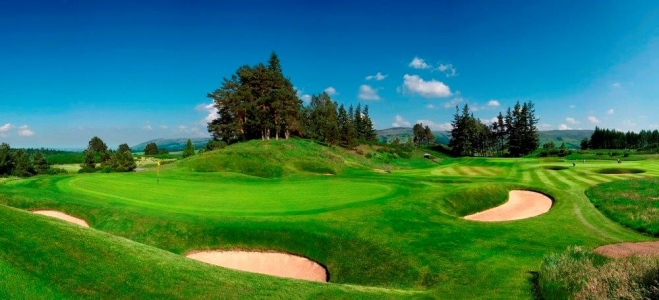 Bunkers en el campo de golf de Freserburgh en Escocia