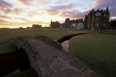Puente en el campo golf de Old Course de St Andrews en Escocia
