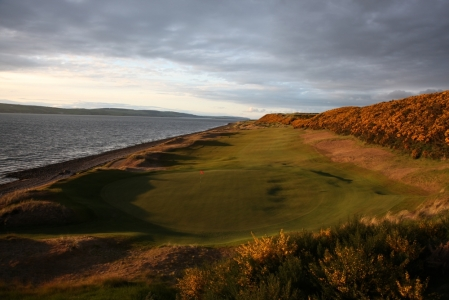 Green y fairway en el campo de golf de Castle Stuart en Escocia