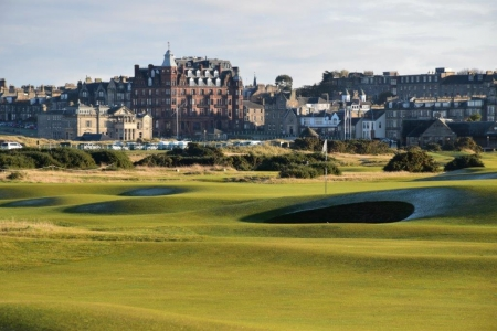 Fairway del campo de golf de Old Course de St Andrews en Escocia