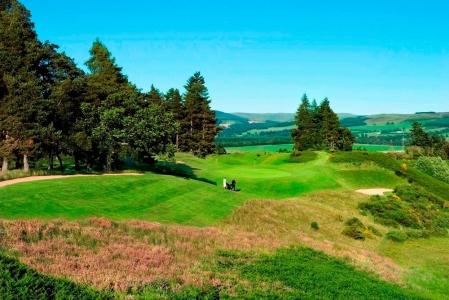Golfistas en el campo de golf de Gleneagles (Queen's) en Escocia