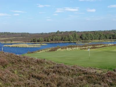 Fairway en el camp de golf de Fortrose & Rosemarkie en las Tierras Altas, Escocia