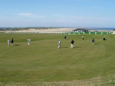 Golfistas en el campo golf de Old Course de St Andrews en Escocia
