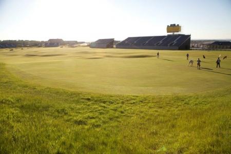 Vistas al mar del campo de golf de Old Course de St Andrews en Escocia