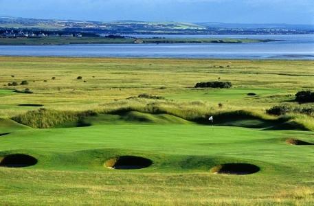 Bunkers en el campo de golf de Gullane Nº2 en Escocia