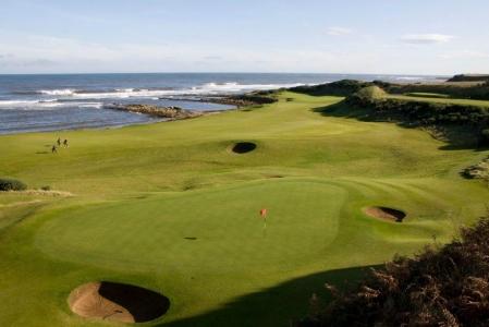 Greens en el campo de golf de Kingsbarns de Escocia