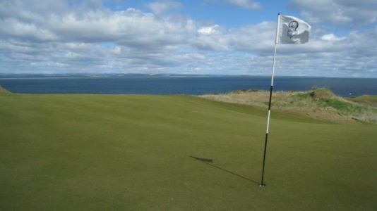Fairway del campo de Castle Course de St Andrews en Escocia