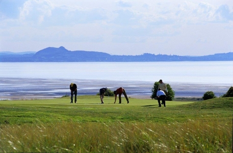 Golfistas en el campo de golf de Gullane Nº2 en Escocia