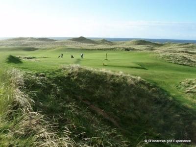 Golfistas en el campo de golf de Machrihanish en Escocia