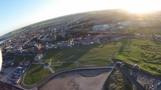 Panorámica del campo de golf de Old Course de St Andrews en Escocia