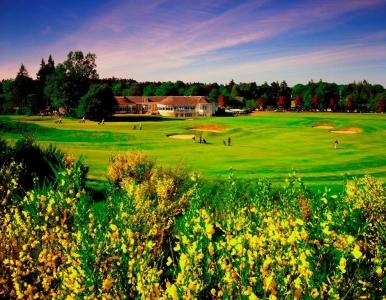 Golfistas en el campo de golf de Freserburgh en Escocia