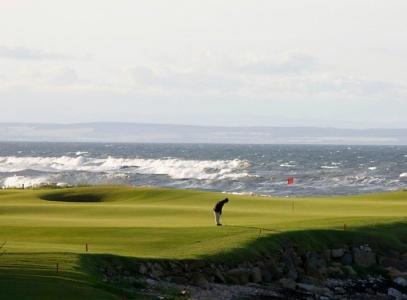 Golfista en el campo de golf de Kingsbarns en Escocia
