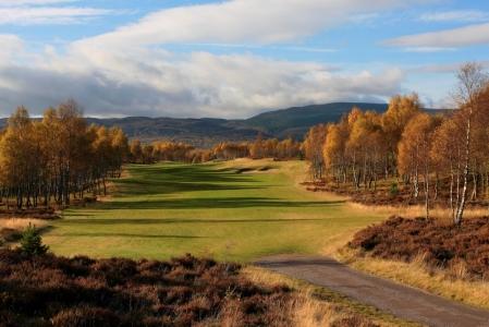 Fairway del campo de golf de Spey Valley en Inverness en Escocia
