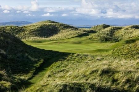 Hoyo en el campo de golf de Machrie en Escocia