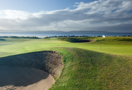 Bunker y green en el campo de golf de Nairn en Escocia