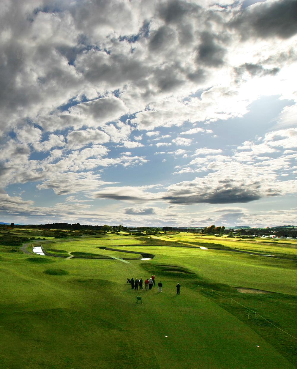 Golfistas en el campo golf de Carnoustie 'Championship' en St Andrews, Escocia